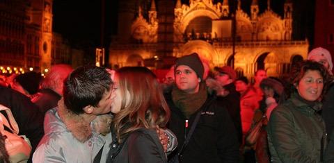 Mass Kiss-in Venice